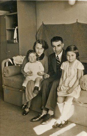 Maud Michal Beer – with her parents and younger sister Karmela, approx. in 1935.