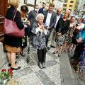 Die Verlegung von Stolpersteine zum Gedächtnis des Ehepaars Margit und Jiří Beck